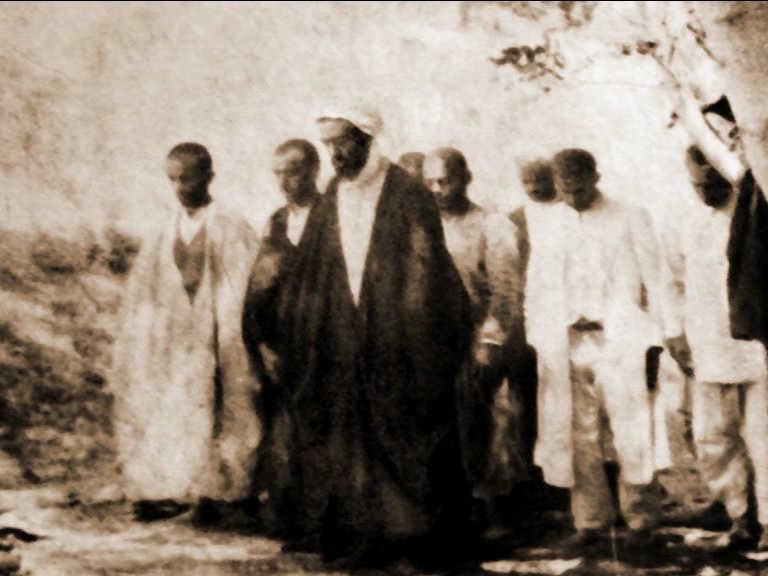 ایت الله انصاری همدانی ره در حال نماز جماعت